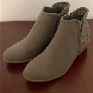 NWOT. Grey Wonder Nation Size 2 Girls ankle boots.